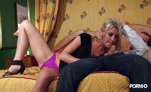 Anal whore stretching her booty